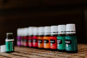 Pour optimiser les actifs de l'huile végétale choisie pour éviter les vergetures, celle-ci peut être utilisée en synergie avec des huiles essentielles