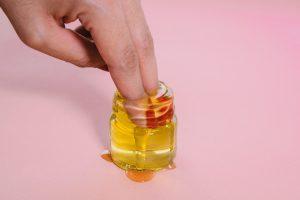 Il est recommandé d'utiliser une huile plutôt qu'une crème pour prévenir les vergetures car l'huile ne contient pas d'eau et pénètre mieux l'épiderme