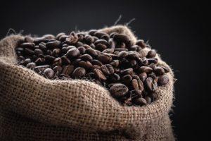 La graine de café est brûlée pour qu'elle libère ses arômes et est ensuite moulue pour être consommée
